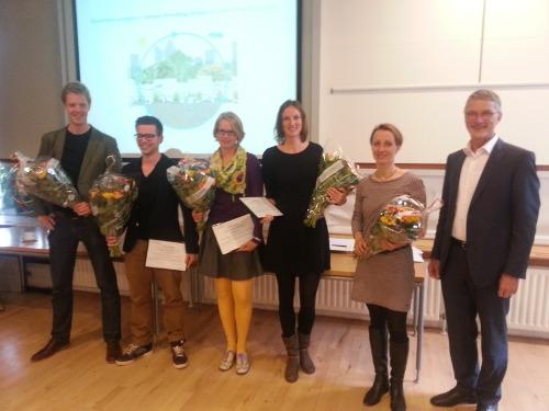 Op 9 mei presenteerden de studenten van wie de scriptie was genomineerd hun onderzoek. Mieke Hulshof (3e van rechts) wint de Award.